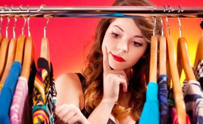 Femme cherchant à s'habiller en moins de 2 minutes